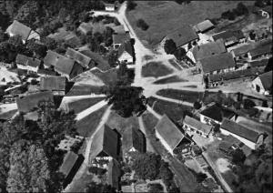 Die ältere Luftaufnahme, die oft als Postkarte verbreitet wurde, zeigt den Rundling Schreyahn in seiner typischen Struktur von Süden her. Am unteren Rand, mit Stallungen und Nebengebäuden, ist die heutige Stipendiatenstätte zu erkennen, das Haus rechts daneben wurde abgerissen.