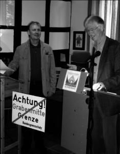 Der ehemalige Stipendiat und Lyriker Ralph Grüneberger (links) las 2011 im Künstlerhof zusammen mit seinem Kollegen Wolfgang Rischer deutsch-deutsche Gedichte zur Erinnerung an den Mauerbau in Berlin vor 50 Jahren