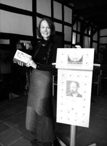 """Ingrid Birkholz, die lange Jahre am Theater der Altmark in Stendal engagiert war, las häufig auf den Matineen und Literaturfestivals im Künstlerhof, oft zusammen mit dem Schauspieler Wolfgang Kaven. Hier stellt sie Emil Zolas Mode-Roman """"Paradies der Damen"""" im passen- den Outfit vor"""